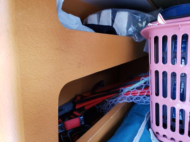 トランクサイドの収納スペースには釣り竿や長尺なものを